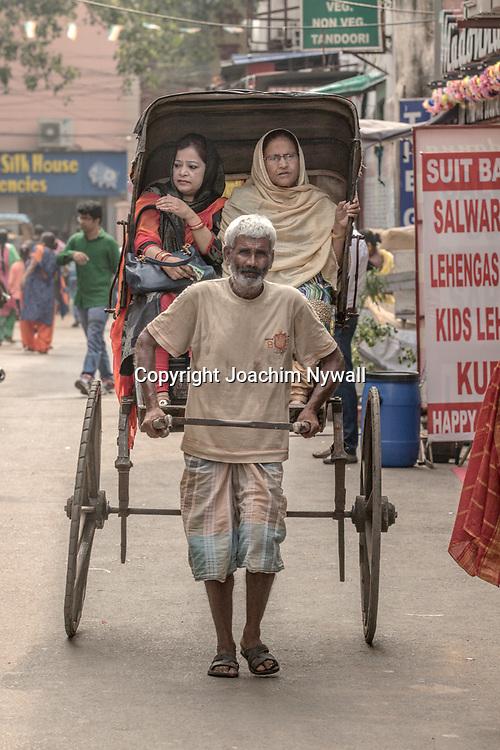 20171029 Kolkata Calcutta Indien<br /> Rickshaw förare vid Sudder Street<br /> <br /> ----<br /> FOTO : JOACHIM NYWALL KOD 0708840825_1<br /> COPYRIGHT JOACHIM NYWALL<br /> <br /> ***BETALBILD***<br /> Redovisas till <br /> NYWALL MEDIA AB<br /> Strandgatan 30<br /> 461 31 Trollhättan<br /> Prislista enl BLF , om inget annat avtalas.