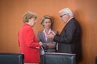27 AUG 2014, BERLIN/GERMANY:<br /> Angela Merkel (L), CDU, Budneskanzlerin, Ursula von der Leyen (M), CDU, Bundesverteidigungsministerin, und Frank-Walter Steinmeier (R), SPD, Bundesaussenminister, im Gespraech, vor Beginn der Kabinettsitzung, Bundeskanzleramt<br /> IMAGE: 20140827-01-023<br /> KEYWORDS: Kabinett, Sitzung, Gespräch