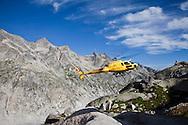 """Svizzera, Grigioni, Passo del Forno: Elicottero helibernina per l'approvigionamento del rifugio """"La capanna del Forno"""""""