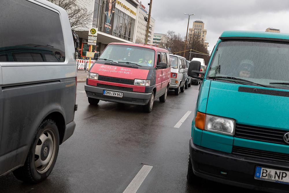 VW-Busfahrer protestieren mit einem Fahrzeugkonvoi mit mehreren hundert VW-Bussen durch Berlin gegen Dieselfahrverbote. Mit der Bulliparade fordern sie eine bundesweite Ausnahme aller historischen Fahrzeugen mit H-Zulassung von aktuellen und kommenden Fahrverboten, demonstrieren aber auch allgemein gegen die Einführung von Dieselfahrverboten zur Luftreinhaltung.  <br /> <br /> <br /> [© Christian Mang - Veroeffentlichung nur gg. Honorar (zzgl. MwSt.), Urhebervermerk und Beleg. Nur für redaktionelle Nutzung - Publication only with licence fee payment, copyright notice and voucher copy. For editorial use only - No model release. No property release. Kontakt: mail@christianmang.com.]