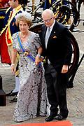 """Aankomst koninklijke familie in de gouden koets bij de Ridderzaal op Prinsjesdag 2012. /// Arrival royal family in the golden coach at the Riddrerzaal on """"Prinsjesdag""""in The Hague<br /> <br /> Op de foto / On the photo:<br />  Prinses Margriet en Pieter van Vollenhoven komen aan bij de Ridderzaal"""