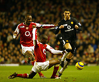 Fotball<br /> England 2004/2005<br /> Foto: SBI/Digitalsport<br /> NORWAY ONLY<br /> <br /> Arsenal v Manchester United<br /> Barclays Premiership. 01/02/2005<br /> Cristiano Ronaldo tries to go past Lauren and Patrick Vieira of Arsenal.