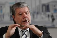08 JAN 2007, BERLIN/GERMANY:<br /> Kurt Beck, SPD Parteivorsitzender und Ministerpraesident Rheinland-Pfalz, waehrend einem Interview, in seinem Buero, Willy-Brandt-Haus<br /> Kurt Beck, Party Leader of the Social Demicratic Party, during an interview, in his office, Willy-Brandt-Haus<br /> IMAGE: 20070108-01-039<br /> KEYWORDS: Ministerpräsident