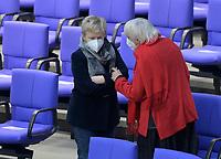 DEU, Deutschland, Germany, Berlin, 11.02.2021: Deutscher Bundestag, Renate Künast (BÜNDNIS 90/DIE GRÜNEN) im Gespräch mit Claudia Roth (BÜNDNIS 90/DIE GRÜNEN).