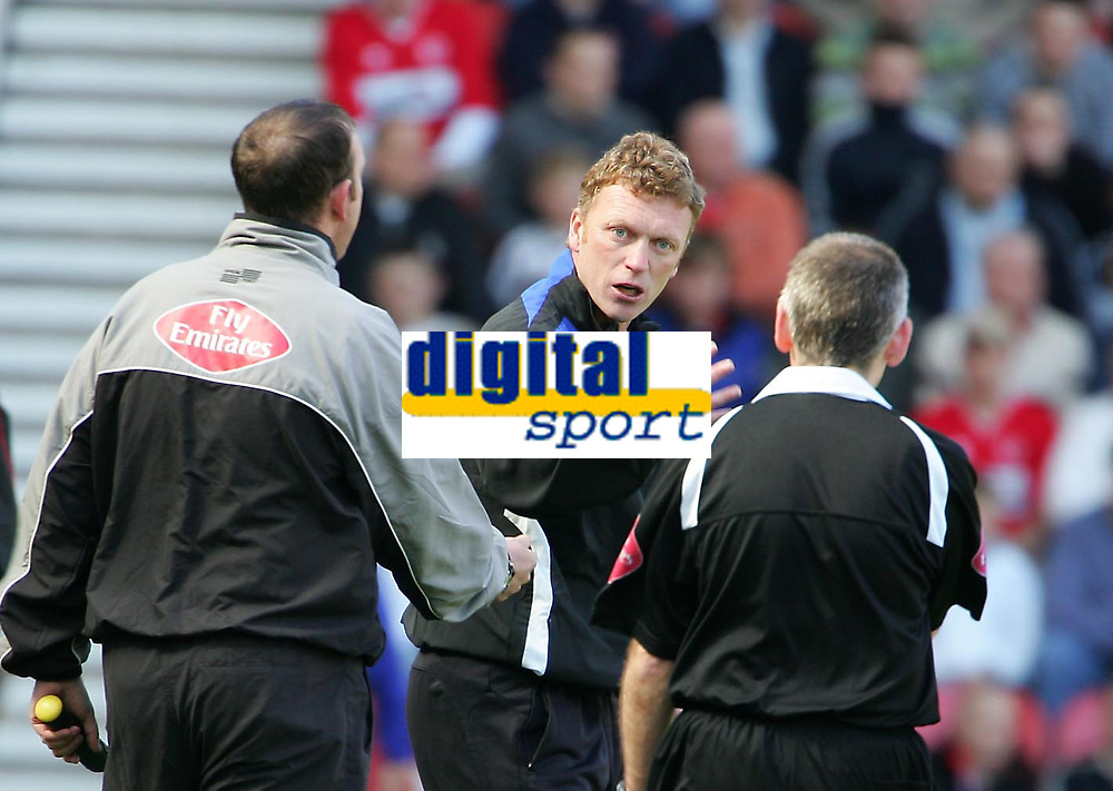 Photo: Andrew Unwin.<br />Middlesbrough v Everton. The Barclays Premiership. 29/04/2006.<br />Everton's David Moyes (C) puts his point to the fourth official (L) and assistant referee (R).
