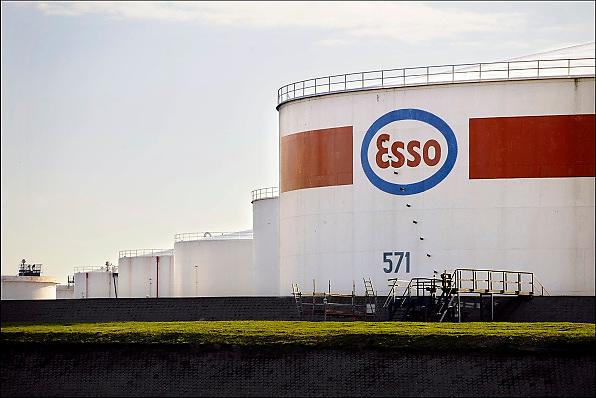 Nederland, Rotterdam, 24-10-2008opslagtanks voor olie op het bedrijfsterrein van oliemaatschappij Esso.Rotterdam is in Europa de grootste importhaven en een van de grootste ter wereld voor overslag en raffinage van ruwe olie.  De aangevoerde olie wordt voor ongeveer de helft gebruikt door raffinaderijen van Shell, BP, Esso (Exxon Mobil), Kuwait Petroleum, en Koch. De rest wordt per pijpleiding naar Vlissingen, Belgie en Duitsland overgeslagen.Foto: Flip Franssen/Hollandse Hoogte