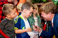 Koning Willem-Alexander brengt een werkbezoek aan Stichting De Tijdmachine in woonzorgcentrum Nieuw