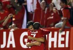 Sorondo comemora seu gol com Taison em partida contra o Estudiantes, da Argentina, válida pela Copa Libertadores da América. FOTO: Jefferson Bernardes/Preview.com