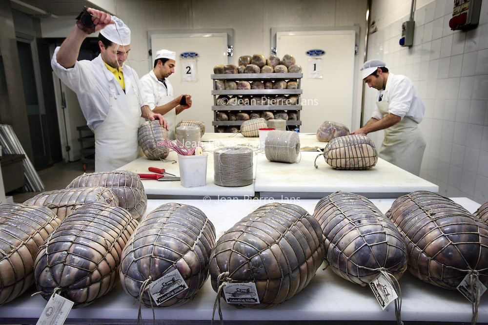Italie,Parma ,Salumificio S. Ilario,27 december 2006..Hamfabriek Langhirano, waar de hammen gewassen, gebonden en gesorteerd worden...Foto:Jean-Pierre Jans
