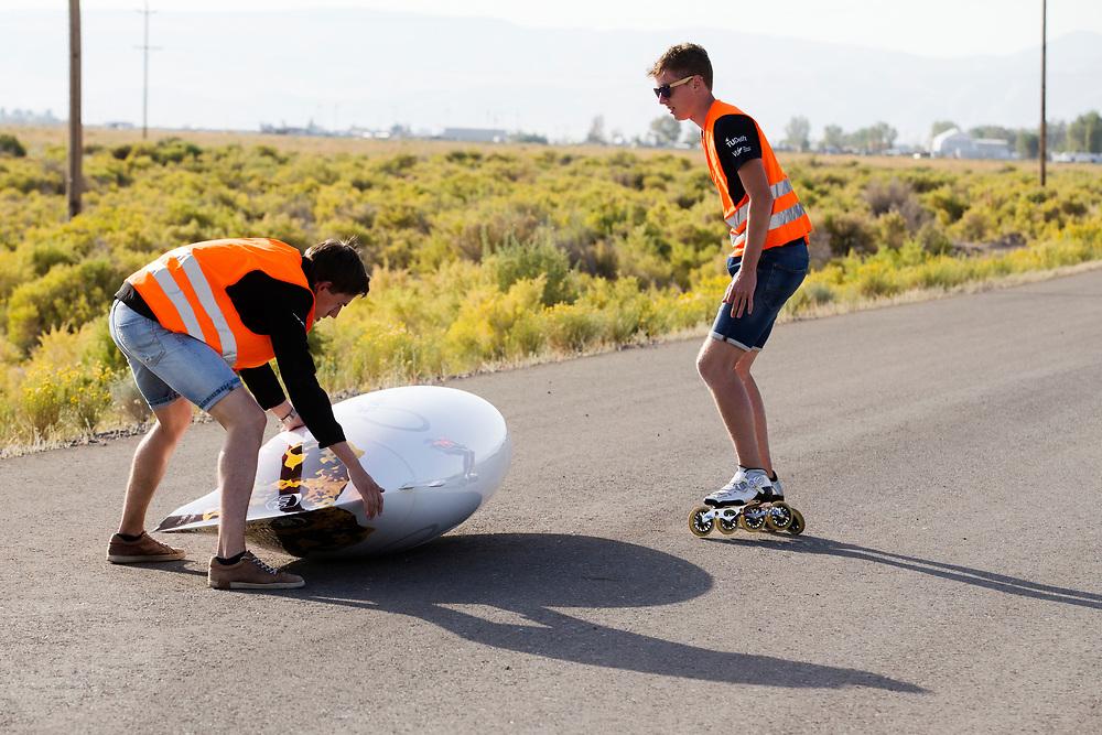De VeloX is net na de start gevallen. In Battle Mountain, Nevada, oefent het team op een weggetje. Het Human Power Team Delft en Amsterdam, dat bestaat uit studenten van de TU Delft en de VU Amsterdam, is in Amerika om tijdens de World Human Powered Speed Challenge in Nevada een poging te doen het wereldrecord snelfietsen voor vrouwen te verbreken met de VeloX 7, een gestroomlijnde ligfiets. Het record is met 121,44 km/h sinds 2009 in handen van de Francaise Barbara Buatois. De Canadees Todd Reichert is de snelste man met 144,17 km/h sinds 2016.<br /> <br /> With the VeloX 7, a special recumbent bike, the Human Power Team Delft and Amsterdam, consisting of students of the TU Delft and the VU Amsterdam, wants to set a new woman's world record cycling in September at the World Human Powered Speed Challenge in Nevada. The current speed record is 121,44 km/h, set in 2009 by Barbara Buatois. The fastest man is Todd Reichert with 144,17 km/h.