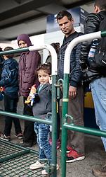 14.10.2015, Bahnhof, Freilassing, GER, Flüchtlingskrise in der EU, im Bild Flüchtlinge mit Kind warten auf dem Bahnsteig auf den Sonderzug // Refugees with Child wait on the platform for the special train, Railway Station, Freilassing, Germany on 2015/10/14. EXPA Pictures © 2015, PhotoCredit: EXPA/ JFK