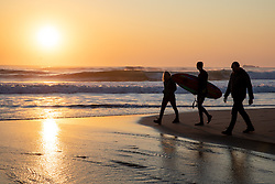 © Licensed to London News Pictures. 26/03/2020. Wadebridge, UK. Surfers and walkers on Constantine Bay beach, Cornwall during sunset this evening. British Prime Minister Boris Johnson yesterday ordered a lockdown to slow the spread of Coronavirus (COVID-19) across the country. Photo credit : Tom Nicholson/LNP