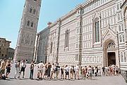 Italië, Florence, augustus 2000Toeristen wachten in een lange rij hun beurt af om de koepel van de Dom te beklimmenFoto: Flip Franssen