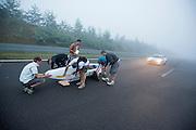 Het team van de universiteit van Annecy maakt zich klaar voor hun eerste recordpoging. In Duitsland worden op de Dekrabaan bij Schipkau recordpogingen gedaan met speciale ligfietsen tijdens een speciaal recordweekend.<br /> <br /> The team of yhe university of Annecy is preparing for the first record attempt. In Germany at the Dekra track near Schipkau cyclists try to set new speed records with special recumbents bikes at a special record weekend.