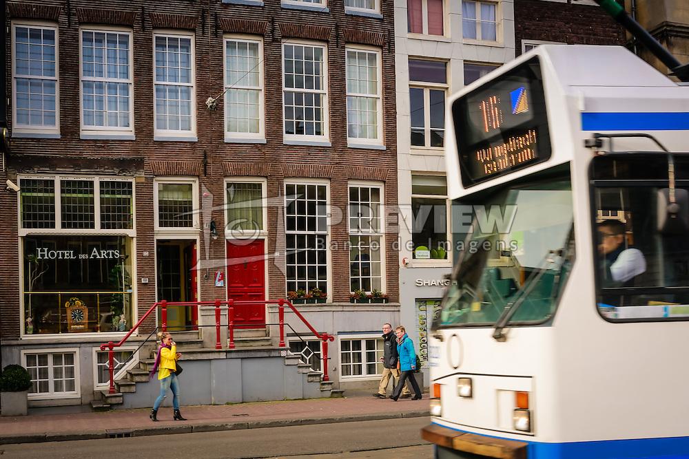 Transporte público em frente ao Hotel dês Arts, em Amsterdam. A cidade é conhecida por seu porto histórico, seus museus de fama internacional, pelo Red Light District, seus coffeeshops liberais, e seus inúmeros canais. FOTO: Jefferson Bernardes/Agência Preview