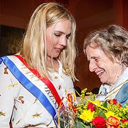 NLD/Amsterdam/20150430 - Uitreiking Mary Dresselhuys Prijs 2015, winnares Anniek Pheifer en haar oma