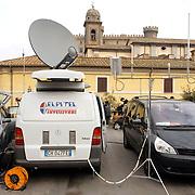 ITA/Bracchiano/20061118 - Huwelijk Tom Cruise en Katie Holmes, satellietwagens van diverse omroepen in de straten Bracchiano