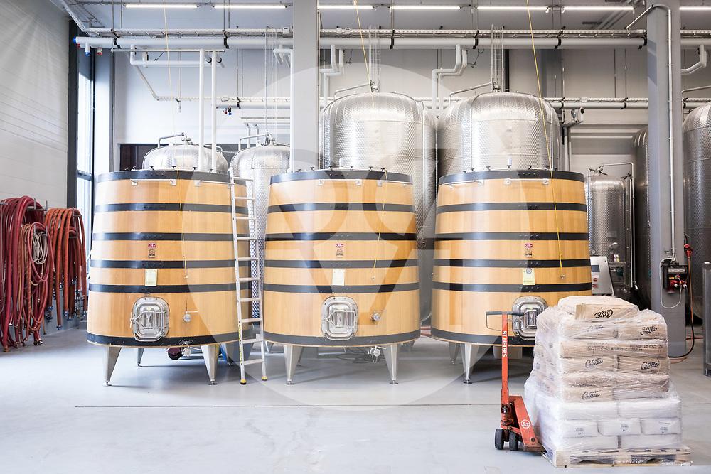 SCHWEIZ - TOLOCHENAZ - Weinfässer und Weintanks im Weinkeller Cave de la Côte, hier wird Weisswein gelagert - 23. Januar 2020 © Raphael Hünerfauth - http://huenerfauth.ch