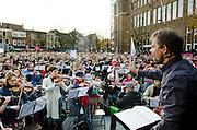 Op de Neude in Utrecht schreeuwen mensen om cultuur. Samen met een orkest wordt een speciale uitvoering van de 9e symfonie van Beethoven gezongen. Met de actie word aandacht gevraagd op de bezuinigingen op kunst en cultuur door het kabinet. <br /> <br /> On the Neude in Utrecht people are yelling for culture. Together with an orchestra a special version of the 9th symphony of Beethoven is being sung. With the demonstration people are asking the government to rethink their plans on cutbacks on culture and art.