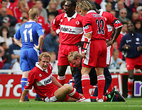 Fotball<br /> Premier League England 2004/2005<br /> Foto: SBI/Digitalsport<br /> NORWAY ONLY<br /> <br /> 25.09.2004<br /> <br /> Middlesbrough v Chelsea<br /> <br /> Middlesbrough's Ray Parlour (C) is clearly in pain as he receives treatment after a crunching challenge.