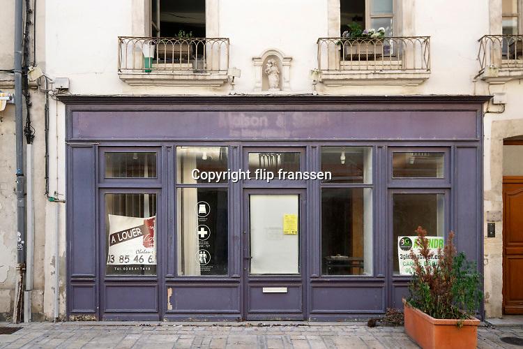Frankrijk, France, 21-5-2018In de provinciestad Chalons sur Saone staan winkelpanden leeg en te huur of te koop .Foto: Flip Franssen