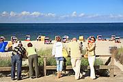 Jurata, 2008-06-20. Turyści przy wejściu na plażę w Juracie