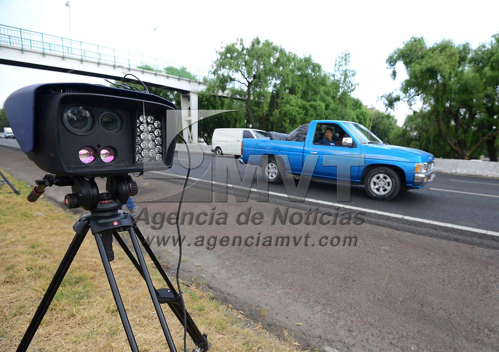 Toluca, México (Abril 20, 2016).- Sobre Paseo Tollocan fueron instaladas 2 cámaras de fotomultas portátiles, que se instalan en puntos itinerantes,  en esta ocasión fueron colocadas antes de llegar al puente de Comonfort, como parte del programa Límite Seguro que fue emprendido por el Gobierno del Estado de México, y que son operadas por la empresa Proyectos en Ingeniería, Seguridad y Abastecimiento, S. A. De C. V. (PISA).  Agencia MVT / Crisanta Espinosa