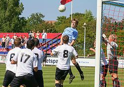 FODBOLD: Marc Kraft (Helsingør) i luften under kampen i Kvalifikationsrækken, pulje 1, mellem Elite 3000 Helsingør og Lyngby Boldklub den 10. juni 2006 på Helsingør Stadion. Foto: Claus Birch