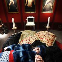 Nederland, Amsterdam , 20 februari 2014.<br /> Singel Filmstudio, Duivendrechtse kade 80.<br /> Opera Spanga maakt een film bij de nieuwe voorstelling die deze zomer in premiere gaat, Gianni Schicchi.<br /> OPERA SPANGA bestaat in 2014 alweer 25 jaar! Voor dit jubileum bereidt OPERA SPANGA een bijzonder project voor in samenwerking met Sinfonia Rotterdam onder leiding van Conrad van Alphen: Gianni Schicchi. Verschillende fondsen hebben hun steun toegezegd.<br /> Op de foto: repetitie op de set tijdens de filmopnamen van de musical.<br /> De acteurs zangers rusten even uit tussen de opnamen door.<br /> Foto:Jean-Pierre Jans