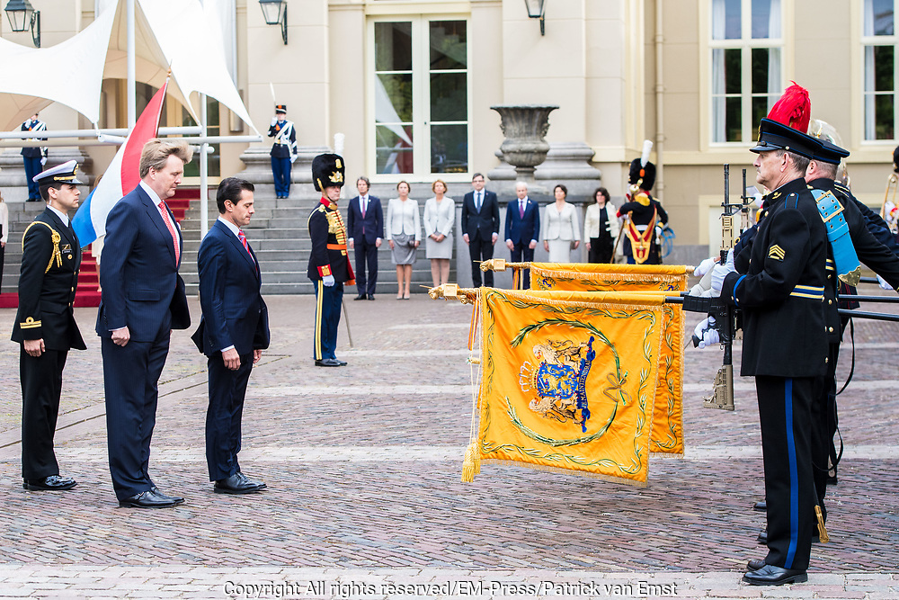 Koning Willem-Alexander en koningin Maxima ontvangen de Mexicaanse president Pena Nieto en zijn echtgenote Angelica Rivera de Pena /// King Willem-Alexander and Queen Maxima receive the Mexican president Pena Nieto and his wife Angelica Rivera de Pena<br /> <br /> Op de foto / On the photo:  Koning Willem-Alexander met de Mexicaanse president Pena Nieto  / King Willem-Alexander with the Mexican president Pena Nieto
