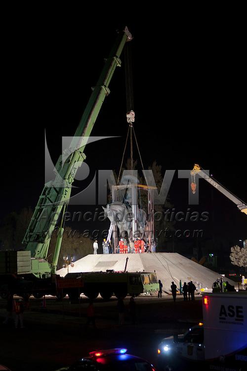 SAN MATEO ATENCO, Mexico.- El monumento a Emiliano Zapata que por mas de 12 años estuvo en los limites de los municipios de San Mateo Atenco y Lerma, donde concluye la autopista México-Toluca y comienza el Paseo Tollocan fue removido durante un operativo sorpresivo que duro unos 8 horas por parte de trabajadores de la Secretaria de Comunicaciones y Transportes del Estado de Mexico; la estatua ecuestre de 12 metros de altura y un peso superior a las 40 toneladas, fue trasladado unos 700 metros hacia Toluca y colocado en una base construida sobre el paseo Tollocan. Agencia MVT / Mario Vazquez de la Torre. (DIGITAL)