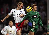 Fotball<br /> Bundesliga Tyskland 2004/05<br /> Hamburger SV v Wolfsburg<br /> 20. november 2004<br /> Foto: Digitalsport<br /> NORWAY ONLY<br /> Sergej Barbarez, Facundo Quiroga Wolfsburg