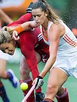 AMSTERDAM - Hockey - Lidewij Welten (Neth) met Shona McCallin (GB) .   Interland tussen de vrouwen van Nederland en Groot-Brittannië, in de Rabo Super Serie 2016 .  COPYRIGHT KOEN SUYK