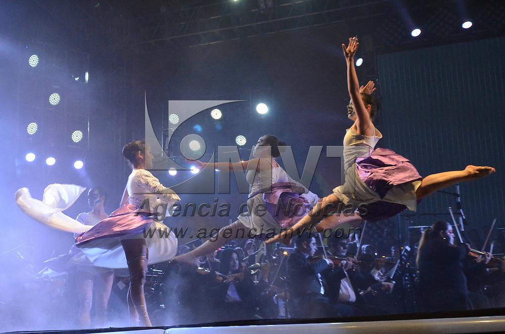 Toluca, México.- La OFIT en conjunto con el Ballet LOA cerraron con broche de oro en la plaza de lo Mártires el Festival Cultural Alfeñique 2015. Agencia MVT / Arturo Hernández.