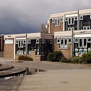 Donkere wolken boven basischool de Tweemaster Huizen
