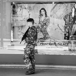 vendredi 12 août 2016, 16h34, Paris IX. Militaire du 19ème Régiment du Génie patrouillant devant une vitrine du Printemps.