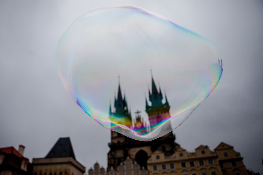 Die Seifenblase einer Strassenkünstlerin vor der Teyn Kirche am Altstaedter Ring.