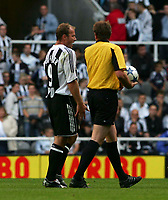 Fotball<br /> England 2005/2006<br /> Foto: SBI/Digitalsport<br /> NORWAY ONLY<br /> <br /> Newcastle United v Deportivo La Coruna<br /> Intertoto Cup.<br /> 03/08/2005.<br /> Newcastle's Alan Shearer (L) has words with the referee, Helmut Fleischer (R), at half-time.
