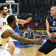 Anadolu Efes's Dusko Savanovic (R) and Fenerbahce Ulker's Linas Kleiza (L) during their Euroleague Top 16 round 7 basketball match Anadolu Efes between Fenerbahce Ulker at the Abdi Ipekci Arena in Istanbul at Turkey on Friday, February 21, 2014. Photo by Aykut AKICI/TURKPIX
