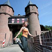Nederland,Haarzuilens ,21 mei 2008..Kasteel Haarzuilens.Nancy Helsdingen op haar plek op het bruggetje bij .Kasteel ter Haar