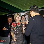NLD/Volendam/20101018 - Cd presentatie Mon Amour, Jan Smit overhandigt de cd a matter of time