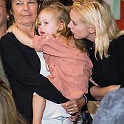 NLD/Amsterdam/20170904 - Jim Bakkum presenteert zijn kinderboek Dadoe, Bettina Holwerda met dochter Posy en de moeder van Jim Bakkum