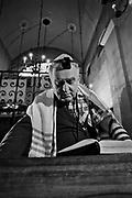 Kraków, lata lata 80. XX wieku. Modlitwa krakowskich żydów w Synagodze Remuh.
