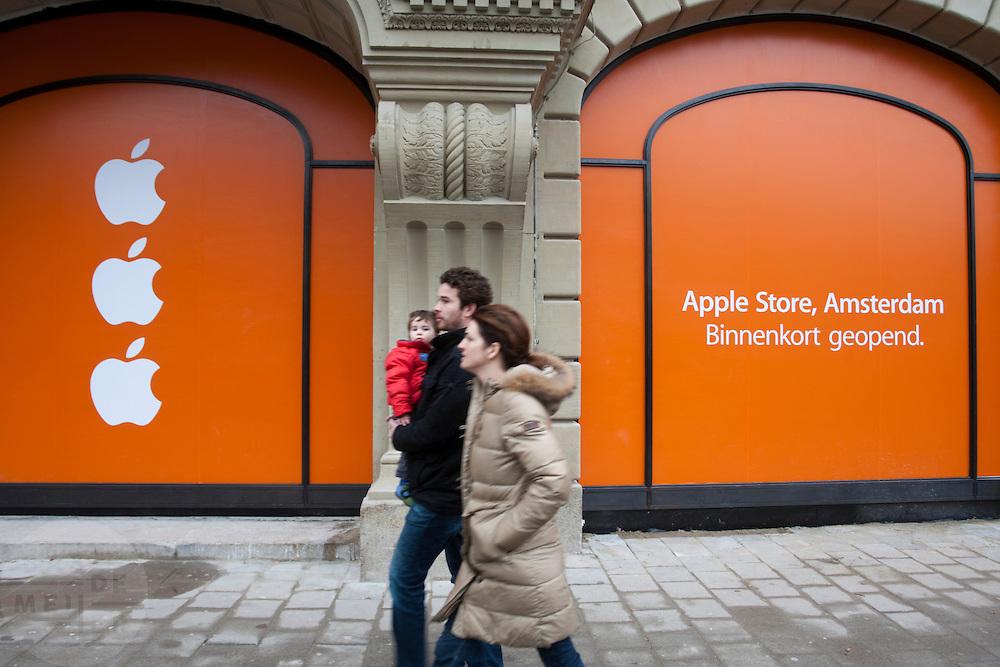 Op het Leidseplein in Amsterdam wordt de laatste werkzaamheden verricht voor de eerste Apple Store in Nederland die op 3 maart 2012 wordt geopend.<br /> <br /> The last preparations for the Apple Store in Amsterdam, which will open March 3rd, 2012.