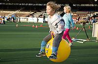 AMSTELVEEN - Skippybal voor Australie. promo  WK Clubdag in het Wagener Stadion. Stockey, de mascotte voor het WK Hockey in Den Haag , gaat op reis. FOTO KOEN SUYK