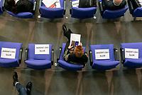 """25 MAR 2020, BERLIN/GERMANY:<br /> Nur jeder dritte Platz in den Abgeordnetenreihe soll besetzt werden, um dem Abstandgebot nachzukommen. Auf den Plaetzen dazwischen liegen Zettel """"Bitte frei lassen!"""", Bundestagsdebatte zu COVID 19, Plenum, Reichstagsgebaeude, Deutscher Bundestag<br /> IMAGE: 20200325-01-067<br /> KEYWORDS: Pandemie, Corona, Sitzung, Debatte"""