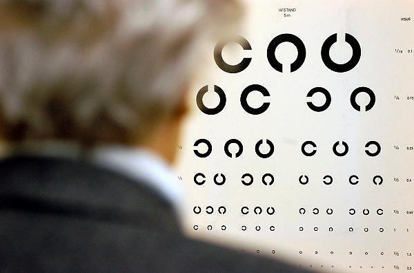 Nederland, Nijmegen, 17-3-2005..Oudere doet een ogentest, oogtest ter controle van de ogen. Vooral ouderen blijken een bril nodig te hebben, waardoor vaak ongelukken voorkomen kunnen worden...Kijken, scherp zien, zicht, oogafwijking, oogmeting, oogheelkunde, opticien...Foto: Flip Franssen