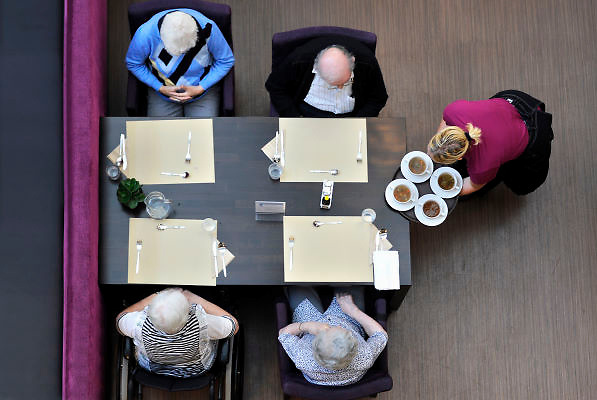 Nederland, St Anthonis, 15-1-2013In een verzorgingshuis wordt het middageten door een medewerkster van de keuken uitgeserveerd.Foto: Flip Franssen