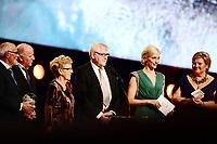 Idrett , 4. januar 2014 , Idrettsgalla 2014 for kalenderåret 2013 , <br /> Statsminister Erna Solber deler ut prisen årest Iidsjel til dugnadsgjengen Knyken<br /> Her med prgramleder Anne Rimmen , NRK