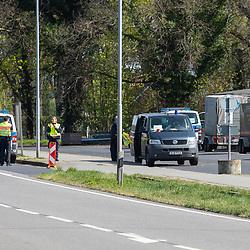 10-04-2020: Nieuws: Algemeen: Nederland<br /> Aan de grensovergangen wordt het reisverkeer gecontroleerd. Grens overgang Rammelbeek Denekamp-Nordhorn